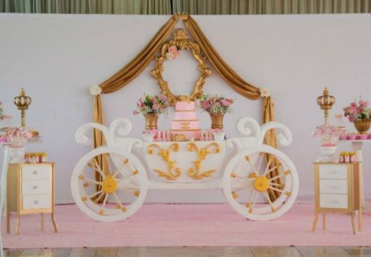 Festa Princesa rosa e dorado com mesa no formato de carruagem