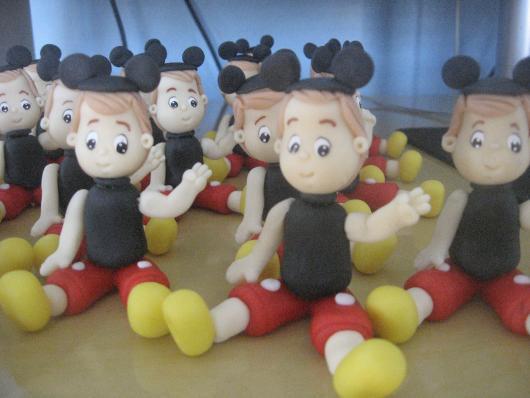 Lembrancinhas do Mickey miniatura do aniversariante de biscuit vestido de Mickey