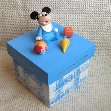 Lembrancinhas do Mickey baby caixinha de MDF com aplique de biscuit