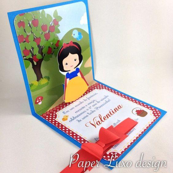 Convite em 3D, com desenho da Branca de Neve, macieira e passarinho.