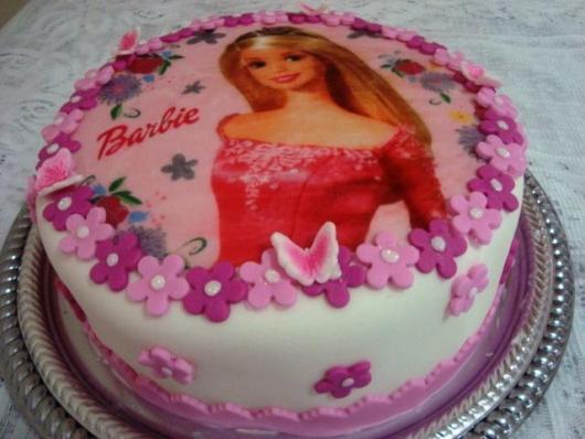 Bolo da Barbie com papel de arroz e pasta americana