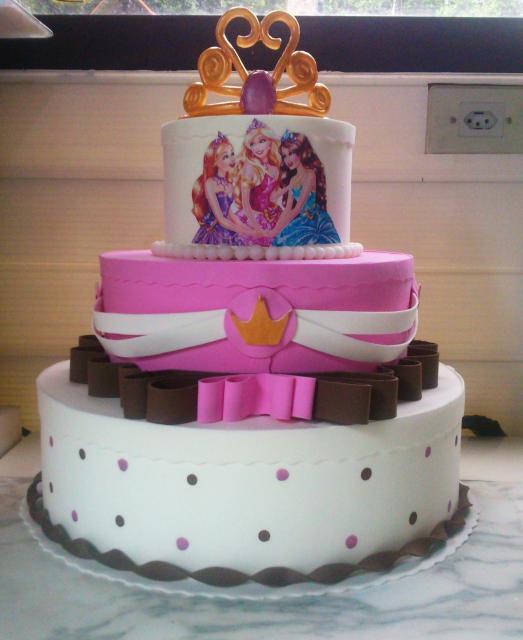 Bolo da Barbie com 3 andares, coroa e laços