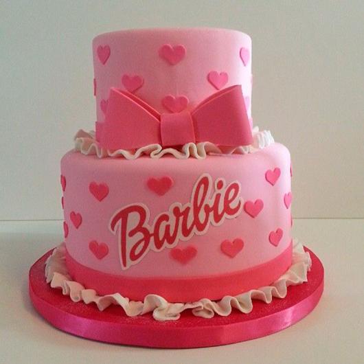 Bolo da Barbie com laço e a assinatura da Barbie