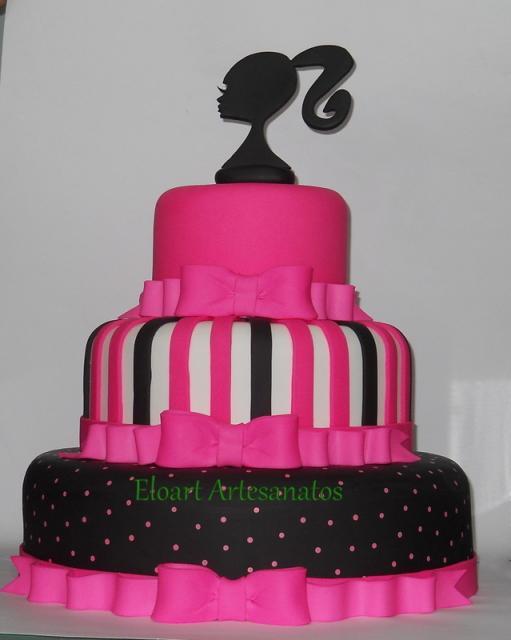 Bolo da Barbie com cores como preto, rosa, pink e branco