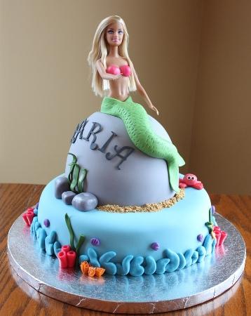 Bolo da Barbie com sereia sentada em uma pedra