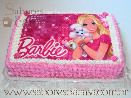 Bolo da Barbie com papel de arroz pink e personagem com uma cachorrinha nas mãos