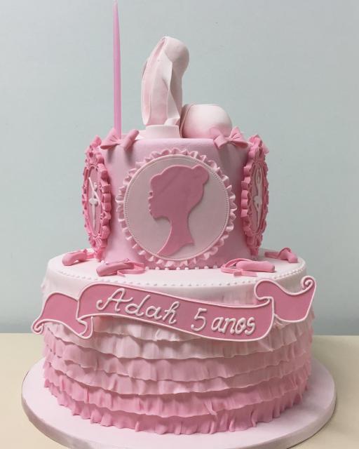 Bolo da Barbie com tons de rosa e sapatilhas
