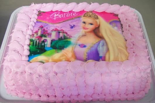 Bolo da Barbie quadrado com chantilly e papel de arroz