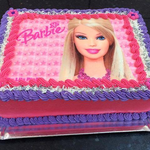 Bolo da Barbie quadrado com detalhes em roxo, branco e rosa