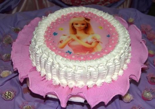 Bolo da Barbie com chantilly branco e papel de arroz