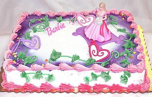 Bolo da Barbie quadrado com papel de arroz e detalhes de folhas verdes