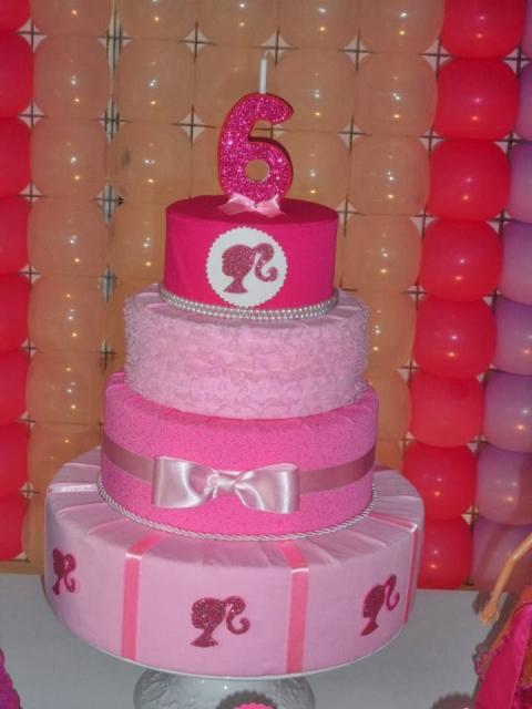 Bolo da Barbie feito com tecido em tons de rosa
