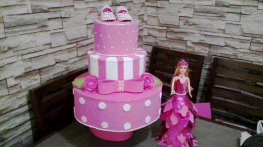 Bolo da Barbie com listras brancas e rosa