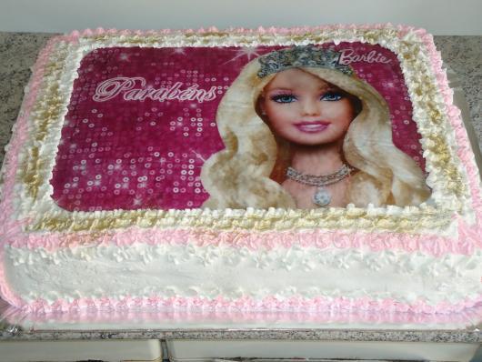 Bolo da Barbie com chantilly, papel de arroz e detalhes em dourado