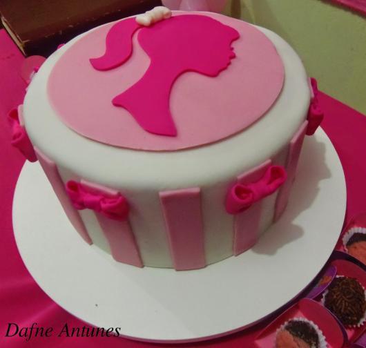 Bolo da Barbie de pasta americana com listras rosas