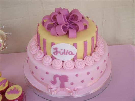Bolo da Barbie de pasta americana em cores rosa, pink e amarelo