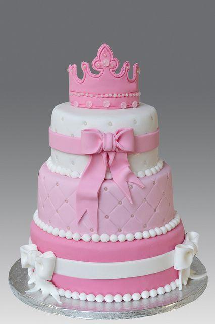 Bolo da Barbie com coroa e detalhes em rosa baby