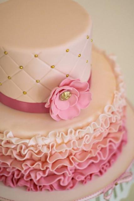 Bolo de Princesa de pasta americana rosa claro e rosa escuro