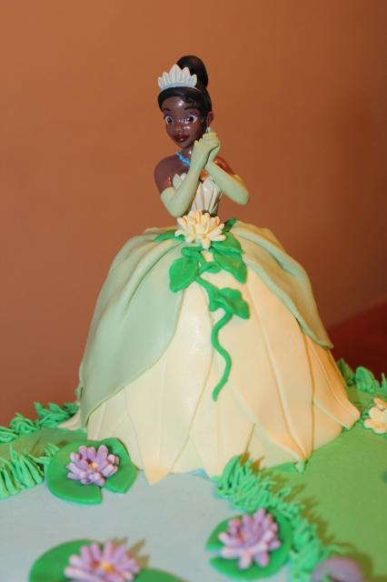 Bolo de Princesa modelo no formato da princesa Tiana