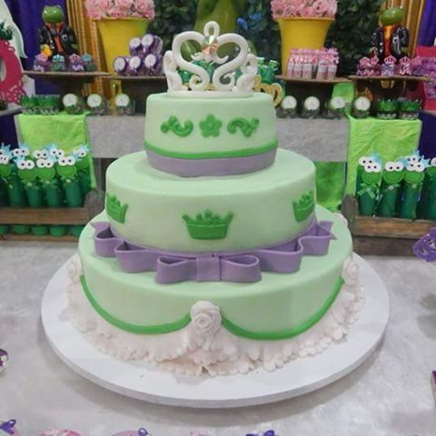 Bolo de Princesa Tiana modelo decorado com pasta americana verde e laço roxo