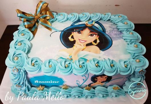 Bolo de Princesa modelo Jasmine decorado com chantilly