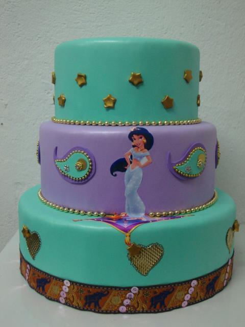Bolo de Princesa modelo com 3 andares decorado com pasta americana