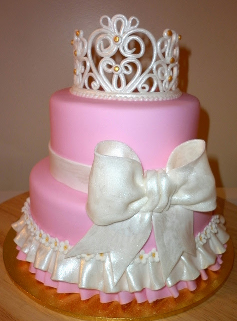 Bolo de Princesa com 2 andares rosa decorado com laço branco