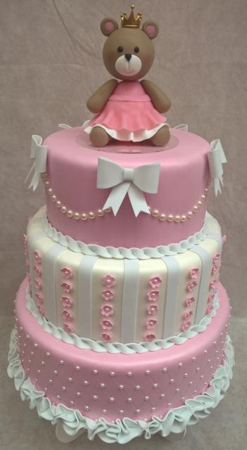 Bolo de Princesa modelo rosa e branco com ursinha no topo
