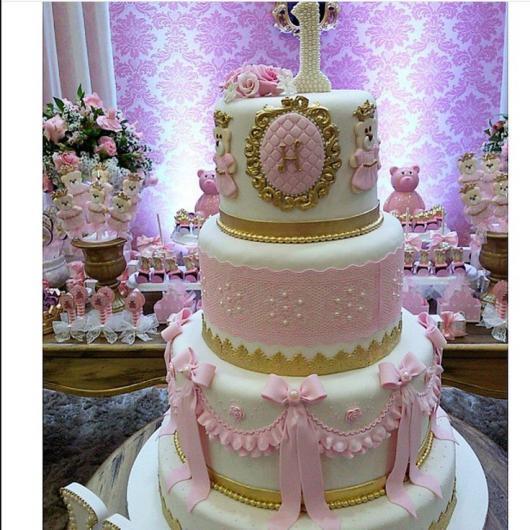 Bolo de Princesa com detalhes dourados e laços rosas