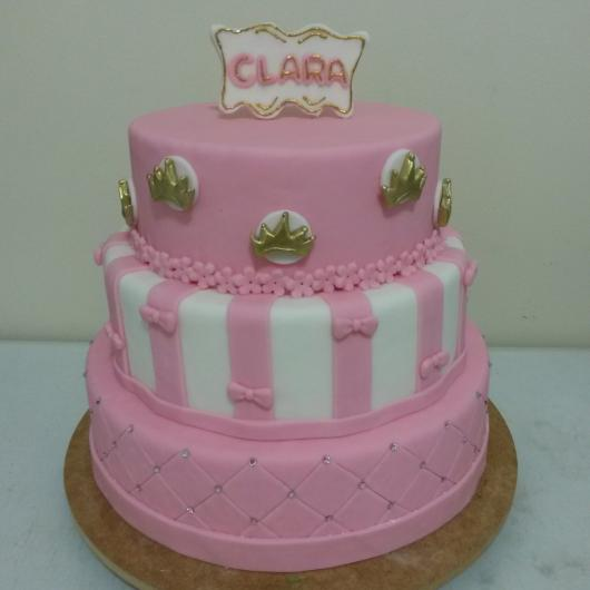 Bolo de Princesa rosa e branco com apliques de mini coroas