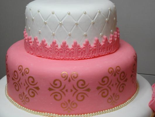Bolo de Princesa rosa e branco com detalhe dourado