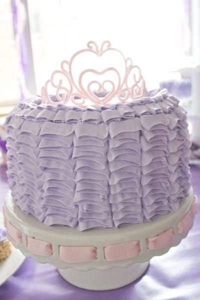 Bolo de Princesa decorado com chantilly e coroa
