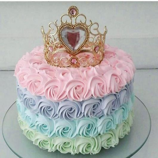 Bolo de Princesa decrado com chantilly rosa lilás azul e verde com topo de coroa