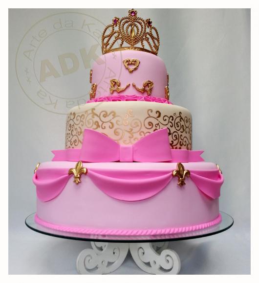 Bolo de Princesa rosa com detalhes dourados