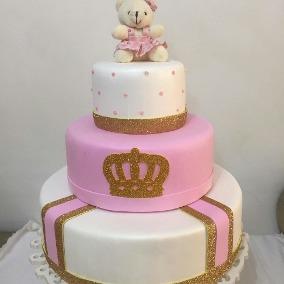 Bolo de Princesa modelo rosa e branco com ursinho e aplique de coroa brilhante