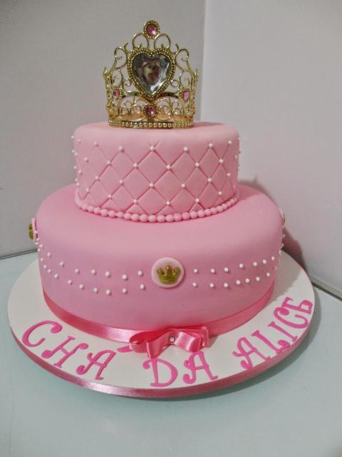 Bolo de Princesa decorado com pasta americana rosa e coroa