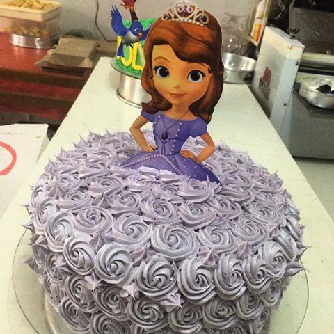 Bolo de Princesa decorado com chantilly lilás princesa sofia