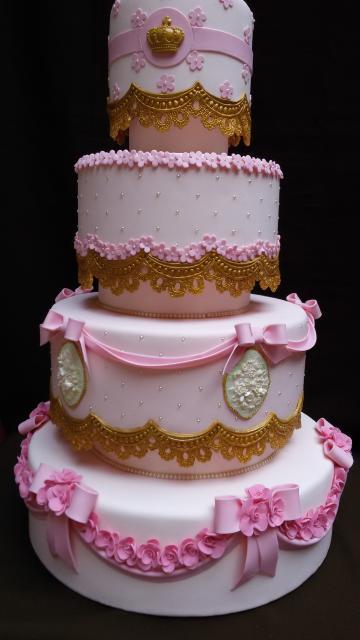 Bolo de Princesa rosa e branco com detalhes estilo renda dourados