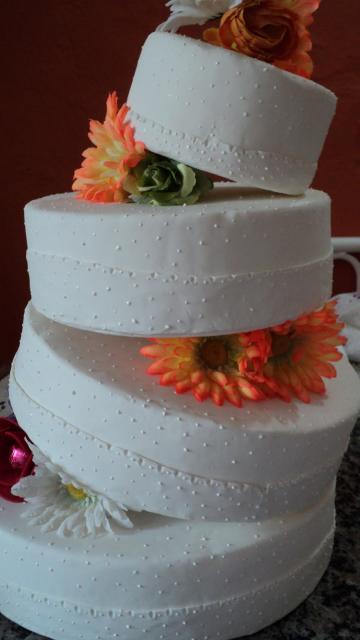 Bolo Fake Casamento de Biscuit branco com flores artificiais laranja