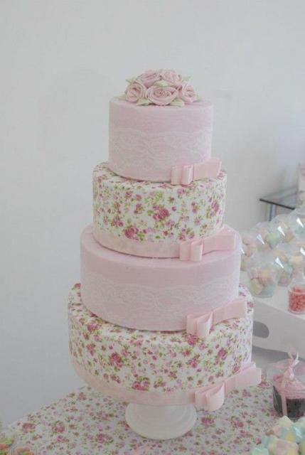 Bolo Fake Casamento de Tecido com bases rosa claro e outras com tecido estampado