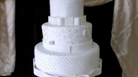 Bolo Fake Casamento de Tecido branco com várias texturas e laço de cetim