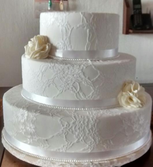 Bolo Fake Casamento de Tecido com renda e flores bege