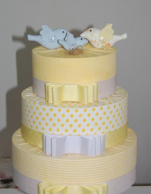 Bolo Fake Casamento de Tecido amarelo com casal de pombinhos