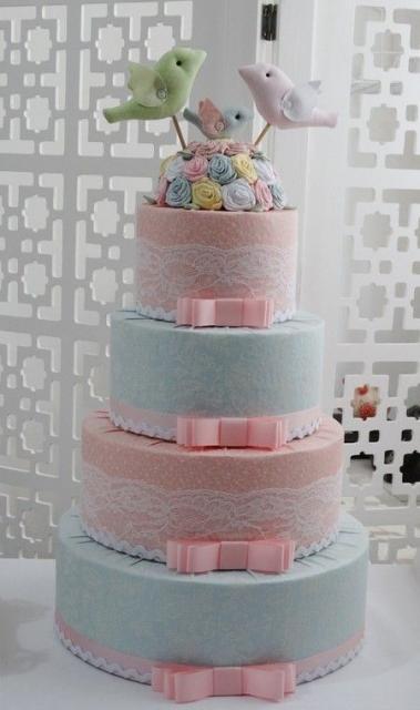 Bolo Fake Casamento de Tecido rosa e azul baby com detalhes de renda