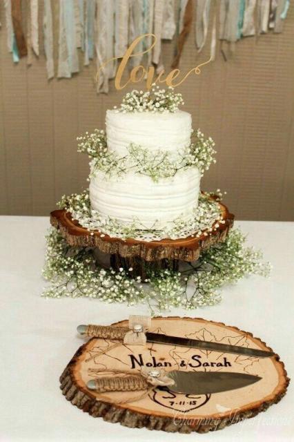 Bolo Fake Casamento com flores brancas e galhos verdes