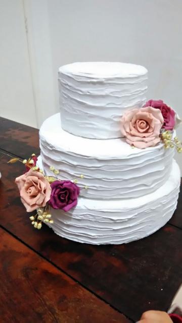 Bolo Fake Casamento de branco com texturas e rosas naturais