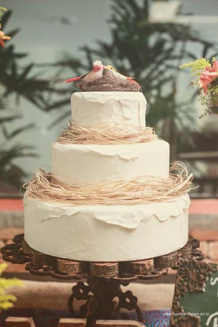Bolo Fake Casamento representando o ninho de amor com palha