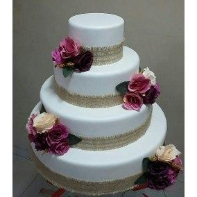 Bolo Fake Casamento com estopa e muitas rosas