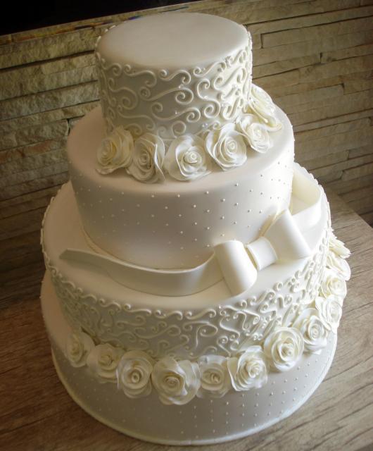 Bolo Fake Casamento de Biscuit com laço, rosas brancas e pérolas