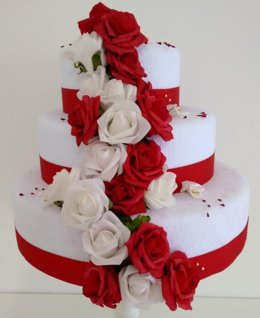 Bolo Fake Casamento com rosas vermelhas e brancas